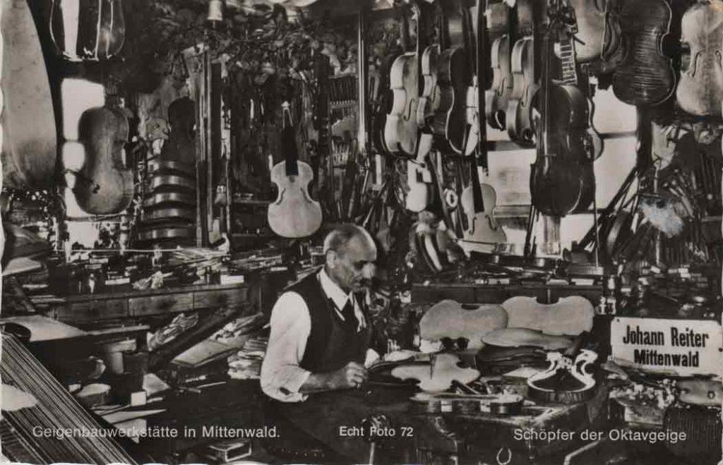 Indexation : Luthier Johann Reiter à Mittenwald##Légende : Geigenbauwerkstätte in Mittenwald, Johann Reiter##Editeur : Echt Foto 72##Epoque : Moderne##Propriété : Art-014-mdv