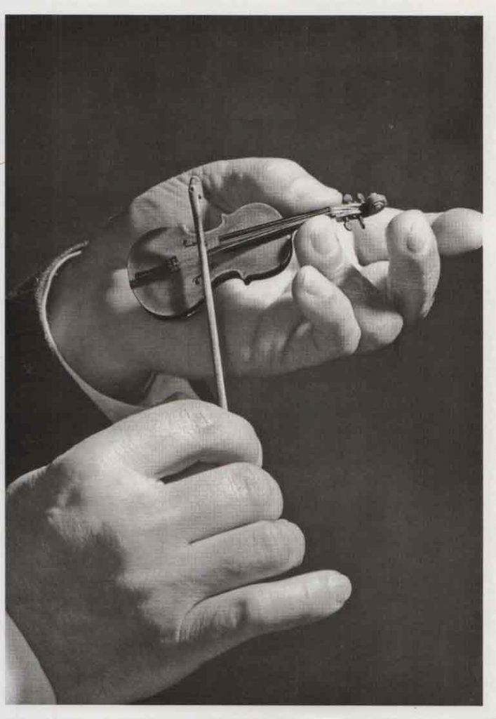 Indexation : Violon##Auteur : Anonyme##Légende : Violon miniature##Editeur : Editions du Désastre##Epoque : Moderne##Propriété : Art-029-mdv