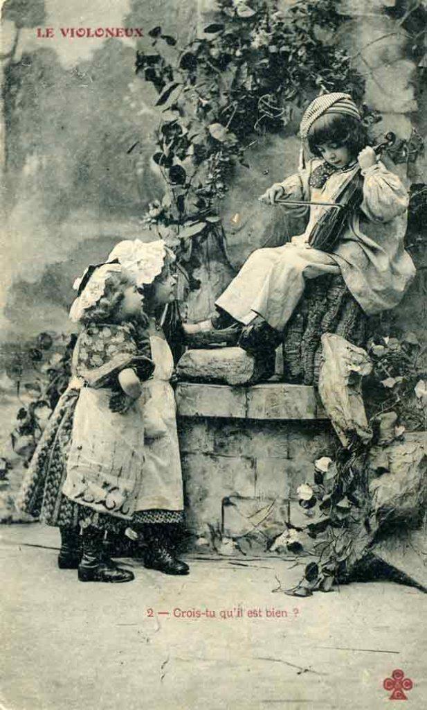 Indexation : Enfant violoneux##Légende : Le violoneux##2 – Crois-tu qu'il est bien?##Editeur : Trèfle##Epoque : Ancienne##Date : 1905 (affranchissement)##Propriété : Enf-009-mdv
