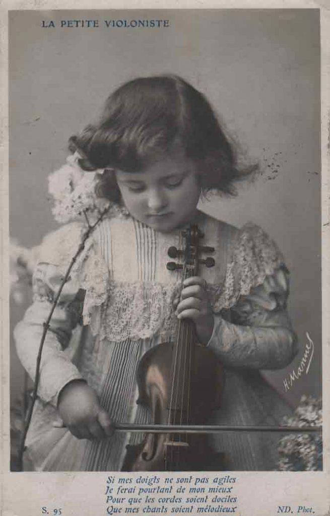 Indexation : La petite violoniste##Légende : Si mes doigts ne sont pas agiles##Je ferais pourtant de mon mieux##Pour que les cordes soient dociles##Que mes chants soient mélodieux##Editeur : S. 95, ND. Phot.##Epoque : Ancienne##Date : 1906 (affranchissement)##Propriété : Enf-012-mdv