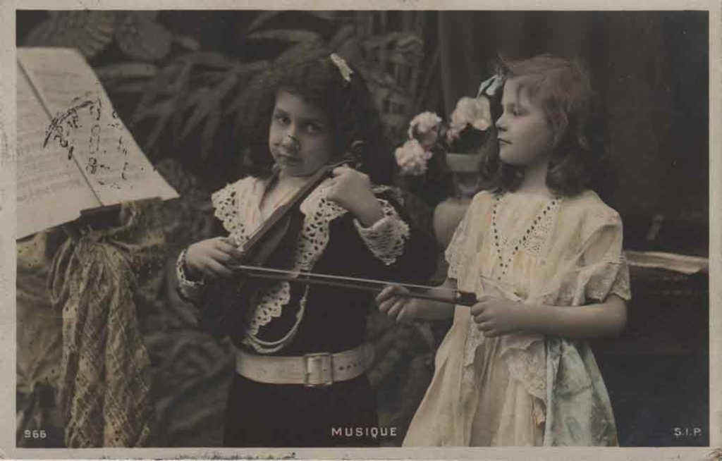 Indexation : Couple d'enfant au violon ##Editeur : S.I.P., 966##Epoque : Ancienne##Propriété : Enf-013-mdv