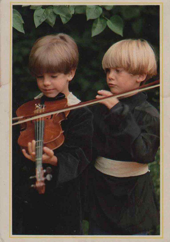 Indexation : Jeune violoniste##Cliché : Paule Trucchi##Editeur : TRKL##Epoque : Moderne##Propriété : Enf-038-mdv