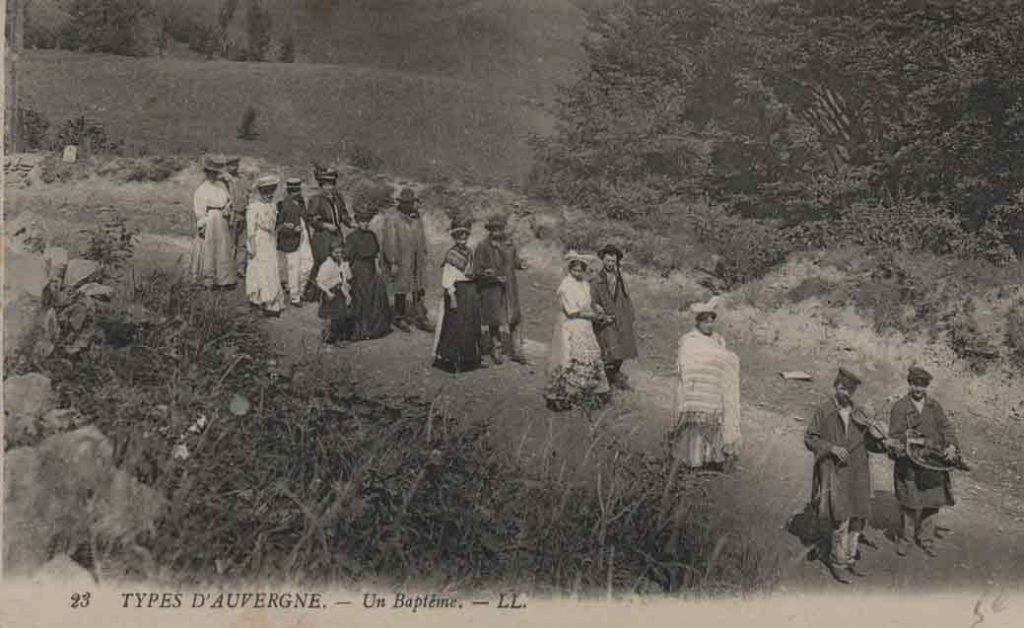 Indexation : Auvergne, procession violon et vielle à roue##Légende : 23 Type d'Auvergne – un Baptême##Editeur : LL.##Epoque : Ancienne##Propriété : Folk-002-mdv