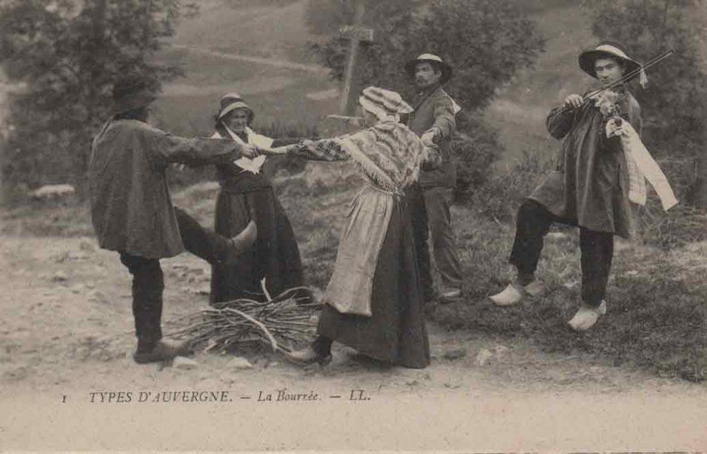 Indexation : Bourrée d'Auvergne##Légende : 1 Types d'Auvergne La Bourrée##Editeur : C. A. P., 61##Epoque : Ancienne##Propriété : Folk-004bis-mdv