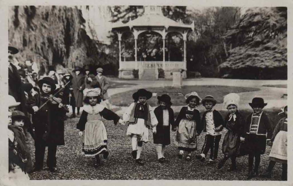 Indexation : Luçon (Vendée), enfant au violon##Légende : 3 Luçon – Noce Vendéenne##Editeur : Gentreau##Epoque : Moderne##Propriété : Folk-012-mdv