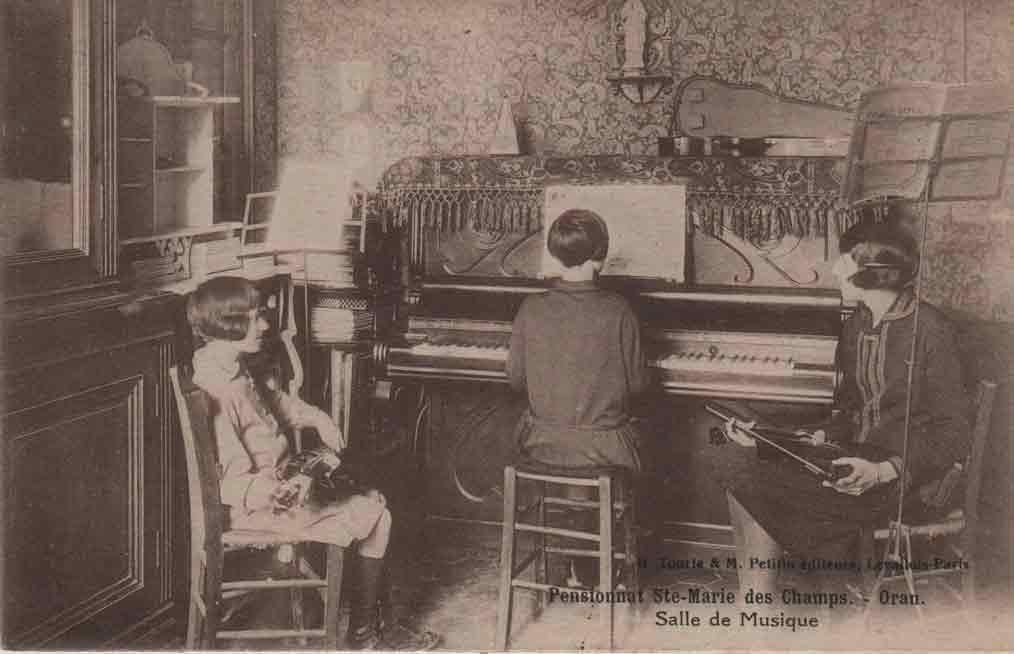 Indexation : Cours de musique, violons et piano##Légende : Pensionnat Ste-Marie des Champs.##Oran. Salle de Musique##Editeur : H. Tourte et M. Petitin éditeurs,##Levallois-Paris##Epoque : Ancienne##Propriété : Gem-002-mdv