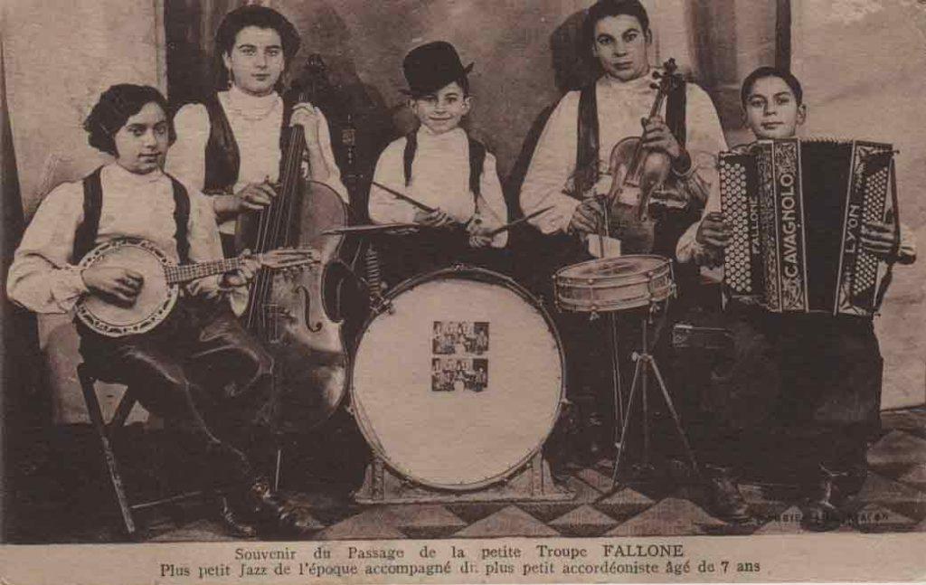 """Indexation : Troupe Fallone##Légende : """"Souvenir du passage de la petite troupe FALLONE.##Plus petit jazz de l'époque##accompagné du plus petit accordéoniste âgé de 7 ans.""""##Propriété : Gem-007-mdv"""