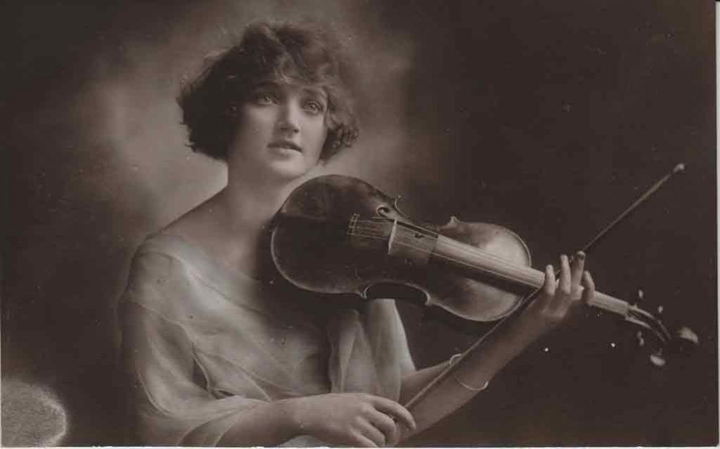 Indexation : Une violoniste##Editeur : 1045a##Epoque : Ancienne##Propriété : Série11,02-mdv