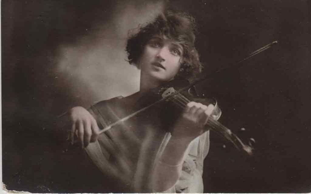 Indexation : Une violoniste##Editeur : 1045a##Epoque : Ancienne##Propriété : Série11,03-mdv