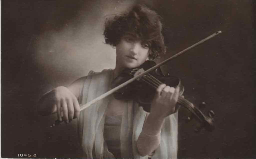 Indexation : Une violoniste##Editeur : 1045a##Epoque : Ancienne##Propriété : Série11,04-mdv
