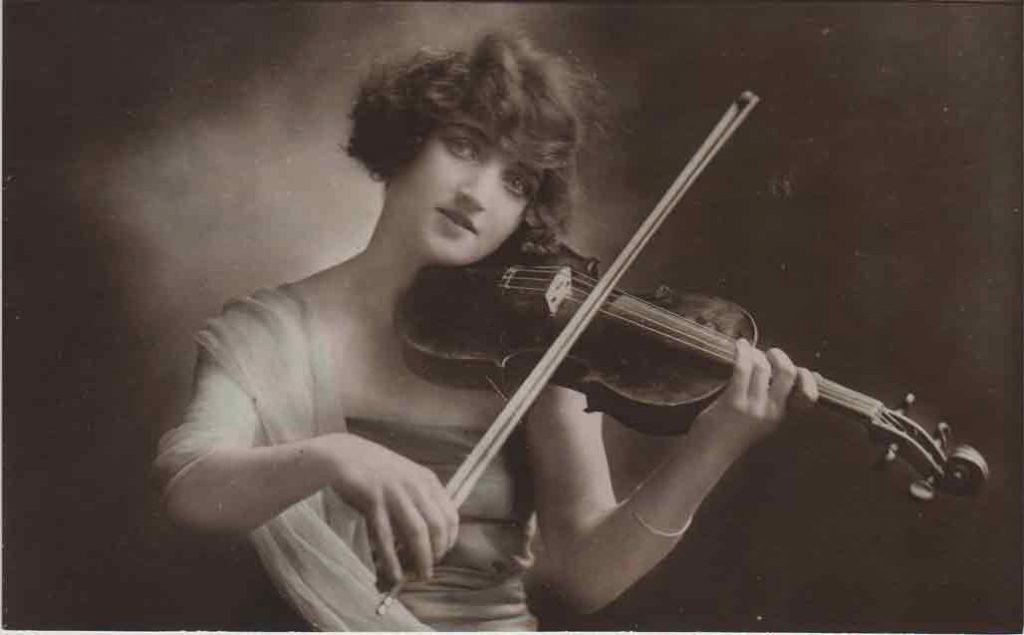 Indexation : Une violoniste##Editeur : 1045a##Epoque : Ancienne##Propriété : Série11,05-mdv