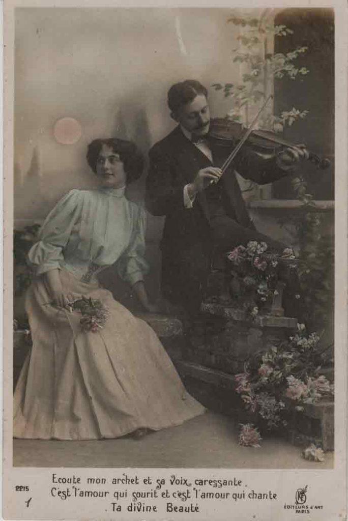 Indexation : Romance au violon##Légende : Écoute mon archet et sa voix caressante##C'est l'amour qui sourit et c'est l'amour qui chante##Ta divine beauté##Editeur : Éditeurs d'Art, Paris, Série 2215##Epoque : Ancienne##Propriété : Série14,01-mdv