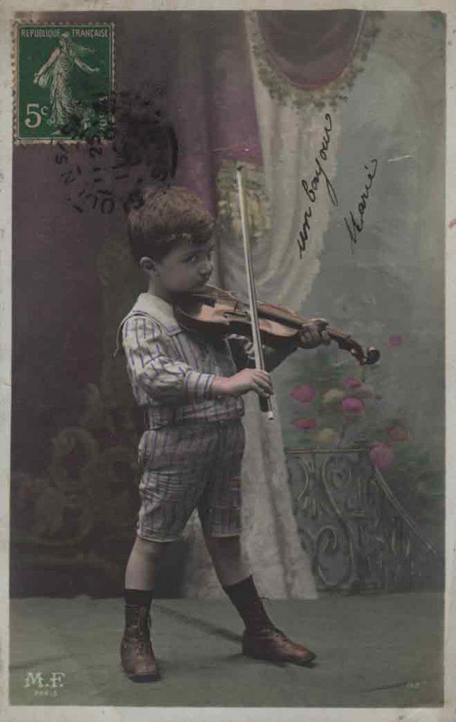 Indexation : Jeune garçon violoniste##Editeur : LOM, Paris##Epoque : Ancienne##Propriété : Série15,03-mdv