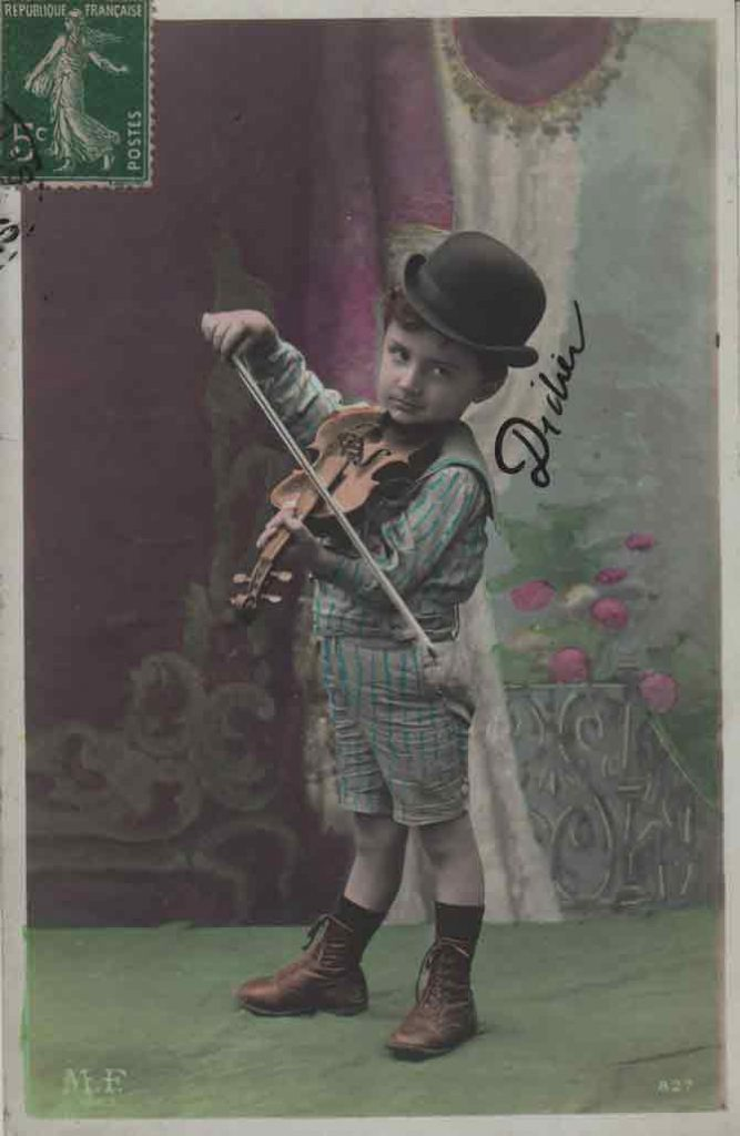 Indexation : Jeune garçon violoniste##Editeur : LOM, Paris##Epoque : Ancienne##Propriété : Série15,04-mdv