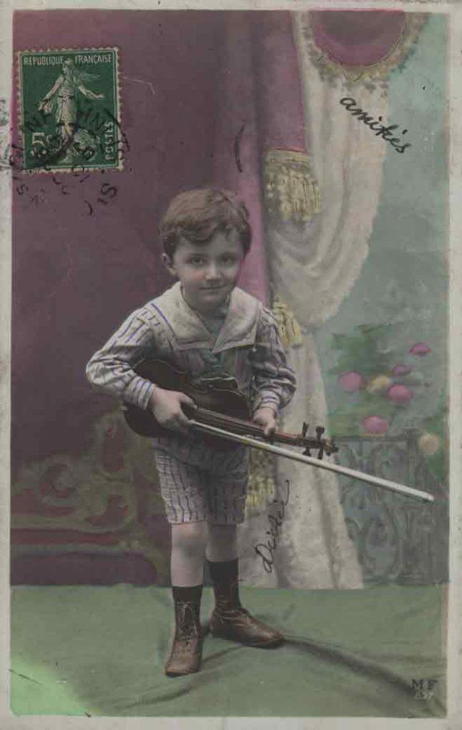 Indexation : Jeune garçon violoniste##Editeur : LOM, Paris##Epoque : Ancienne##Propriété : Série15,05-mdv