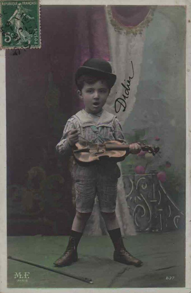 Indexation : Jeune garçon violoniste##Editeur : LOM, Paris##Epoque : Ancienne##Propriété : Série15,06-mdv