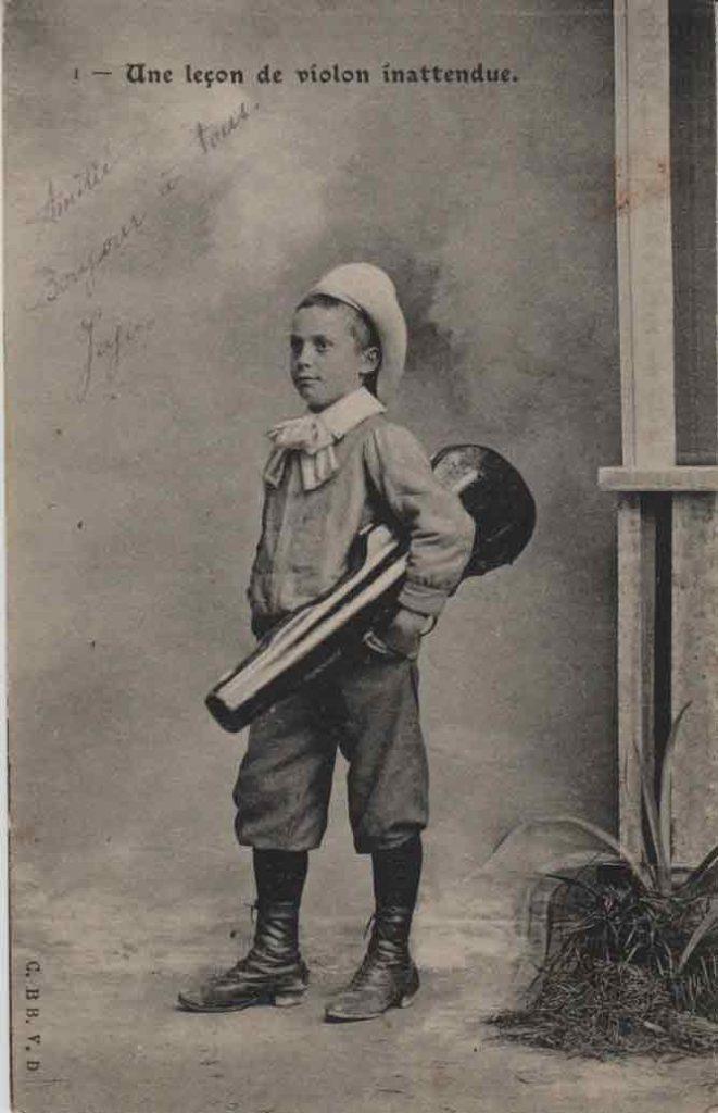 """Indexation : Enfant """"voleur"""" violoniste##Légende : Une leçon de violon inattendue##Editeur : C. BB V. D.##Epoque : Ancienne##Date : 1906 (manuscrit)##Propriété : Série02,01-mdv"""