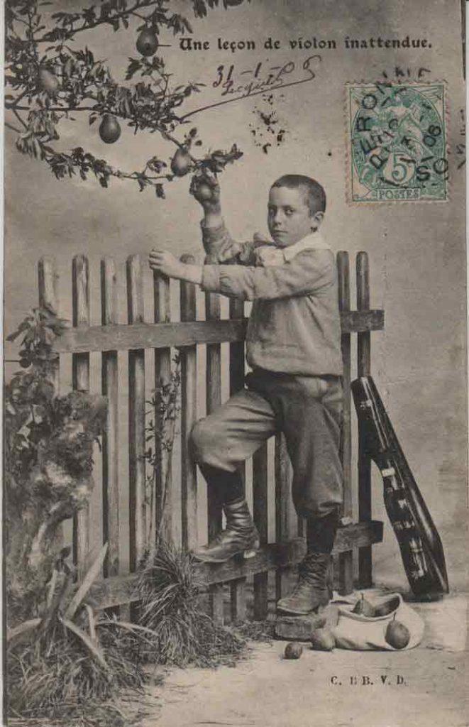 """Indexation : Enfant """"voleur"""" violoniste##Légende : Une leçon de violon inattendue##Editeur : C. BB V. D.##Epoque : Ancienne##Date : 1906 (manuscrit)##Propriété : Série02,02-mdv"""