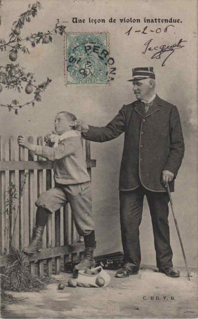 """Indexation : Enfant """"voleur"""" violoniste##Légende : Une leçon de violon inattendue##Editeur : C. BB V. D.##Epoque : Ancienne##Date : 1906 (manuscrit)##Propriété : Série02,03-mdv"""