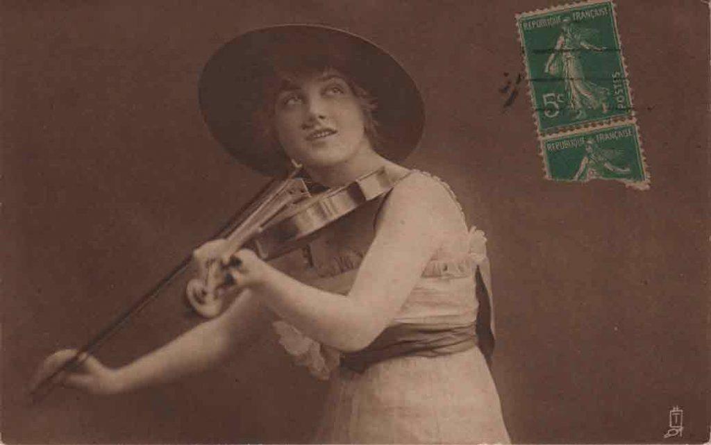 Indexation : Une violoniste##Légende : A sweet musician##Editeur : Tuck's post card, Carbonette n° 4560##Epoque : Ancienne##Date : 1918 (manuscrit)##Propriété : Série03,01-mdv