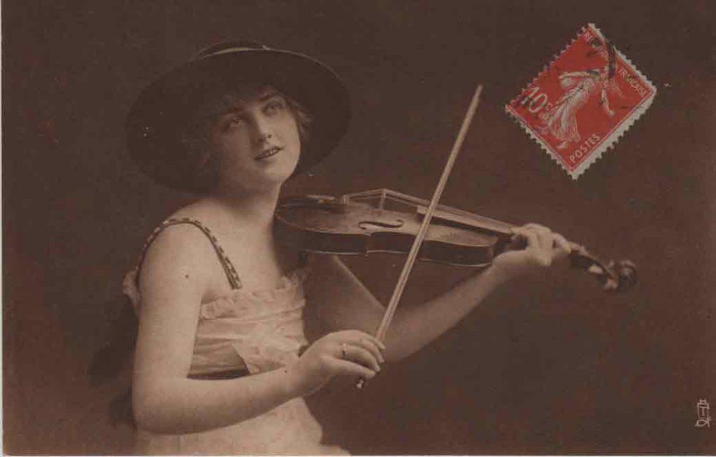 Indexation : Une violoniste##Légende : A sweet musician##Editeur : Tuck's post card, Carbonette n° 4560##Epoque : Ancienne##Date : 1918 (manuscrit)##Propriété : Série03,02-mdv