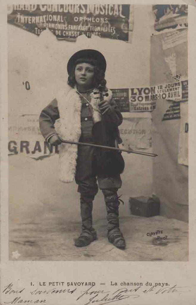 Indexation : Petit savoyard violoniste##Légende : La chanson du pays##Editeur : Clayette phot., 686##Epoque : Ancienne##Date : 1906 (affranchissement)Propriété : Série07,01-mdv