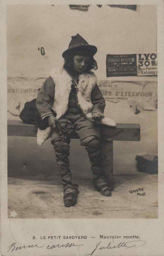 Indexation : Petit savoyard violoniste##Légende : N'oubliez pas le petit musicien##Editeur : Clayette phot., 686##Epoque : Ancienne##Date : 1906 (affranchissement)##Propriété : Série07,02-mdv