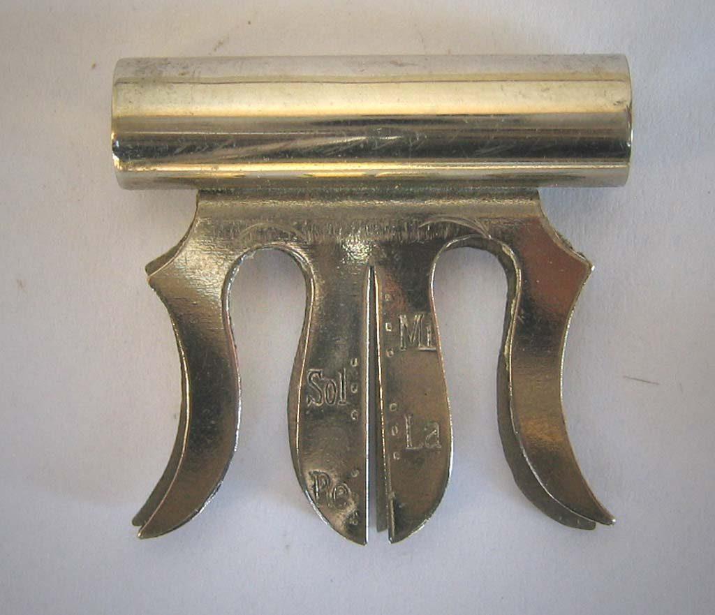 Indexation : Sourdine en métal##Légende : Diapason##Calibre pour diamètre des cordes##Propriété : Srd-014-mdv