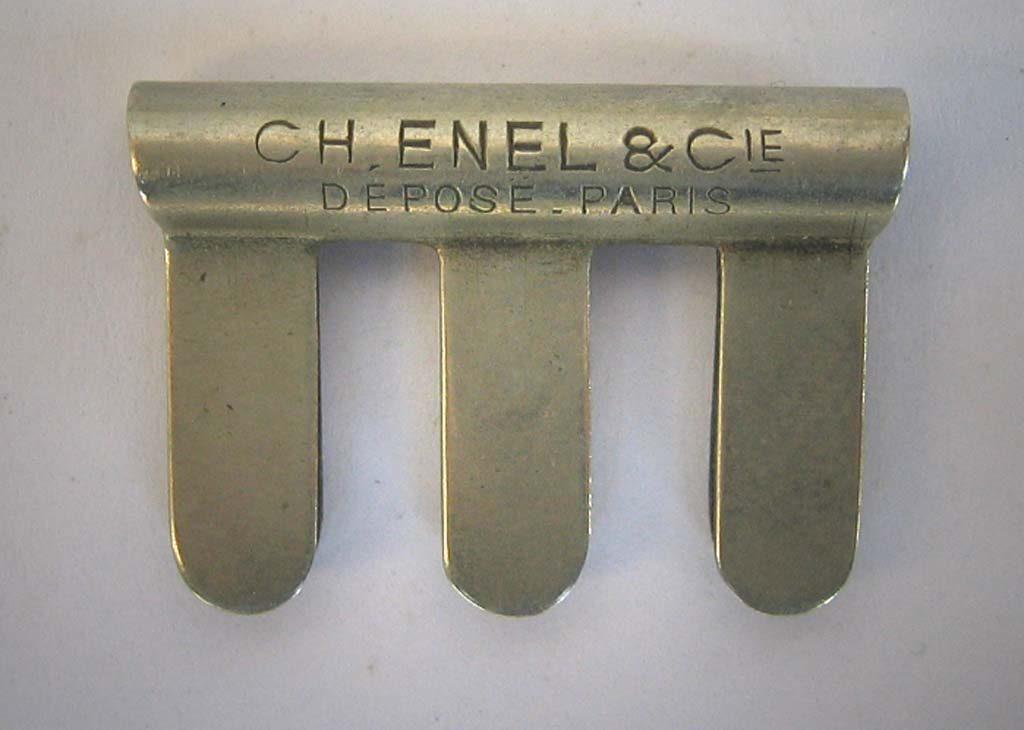 Indexation : Sourdine en métal##Légende : Ch Enel et Cie, déposé Paris##Charles Enel (1880-1954), luthier à Paris##Propriété : Srd-024-mdv