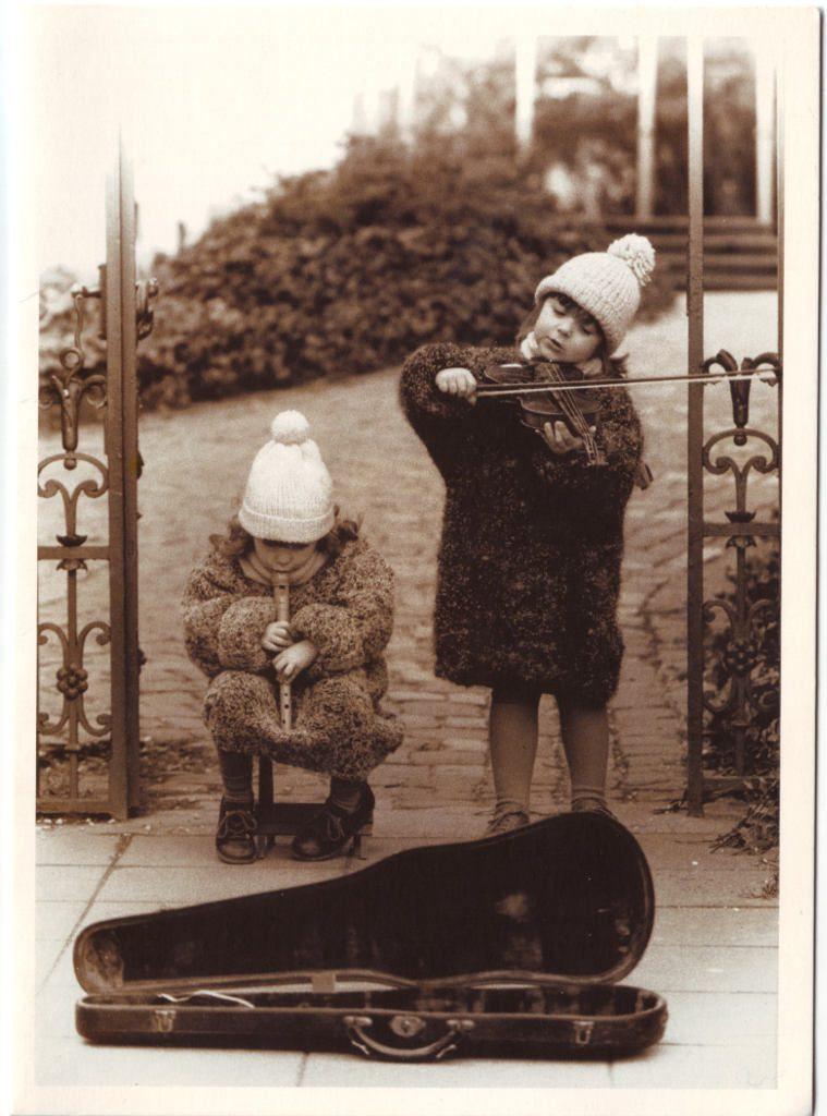 Indexation : Jeune violoniste et flûte à bec##Epoque : Moderne##Propriété : Enf-001-Roy