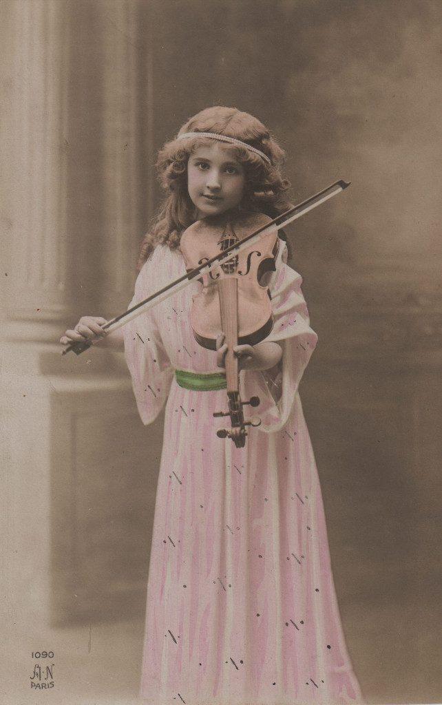 Indexation : Fillette violoniste##Editeur : A. N. Paris, 1090##Epoque : Ancienne##Propriété : Enf-002-mdv