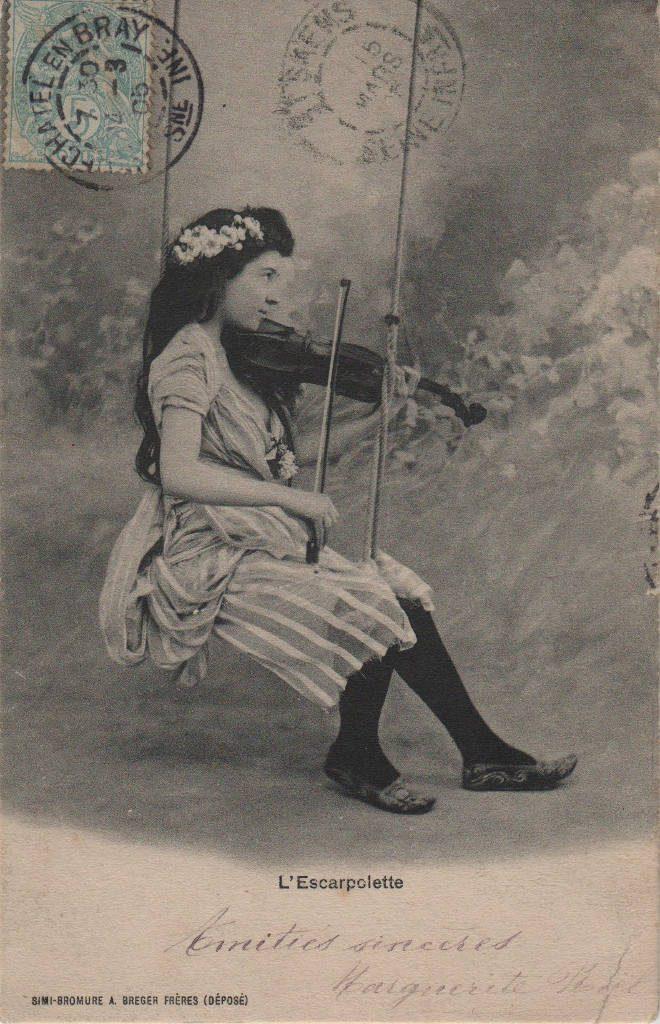 """Indexation : Fillette violoniste##Légende : """"L'escarpolette""""##Editeur : Simi bromure, A. Berger frères##Date : 1905 (affranchissement)##Epoque : Ancienne##Propriété : Enf-003-mdv"""