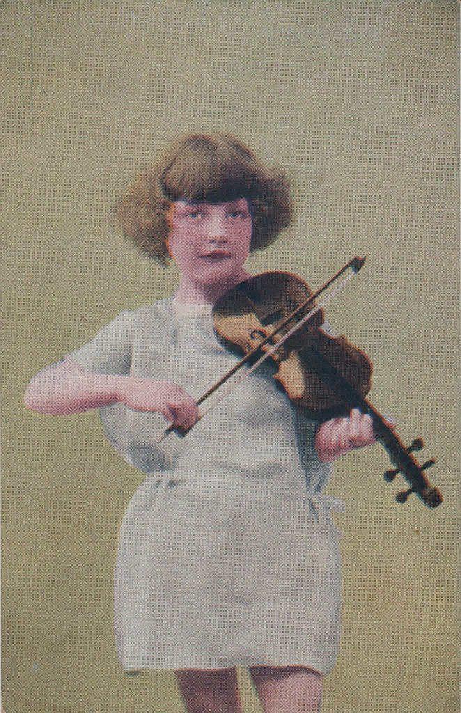 Indexation : Fillette violoniste##Epoque : Ancienne##Propriété : Enf-005-mdv