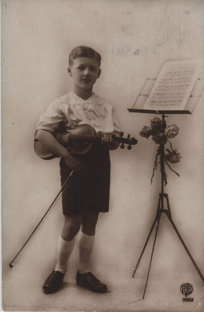 Indexation : Jeune violoniste##Editeur : RPB, 3282##Epoque : Ancienne##Propriété : Enf-006-mdv