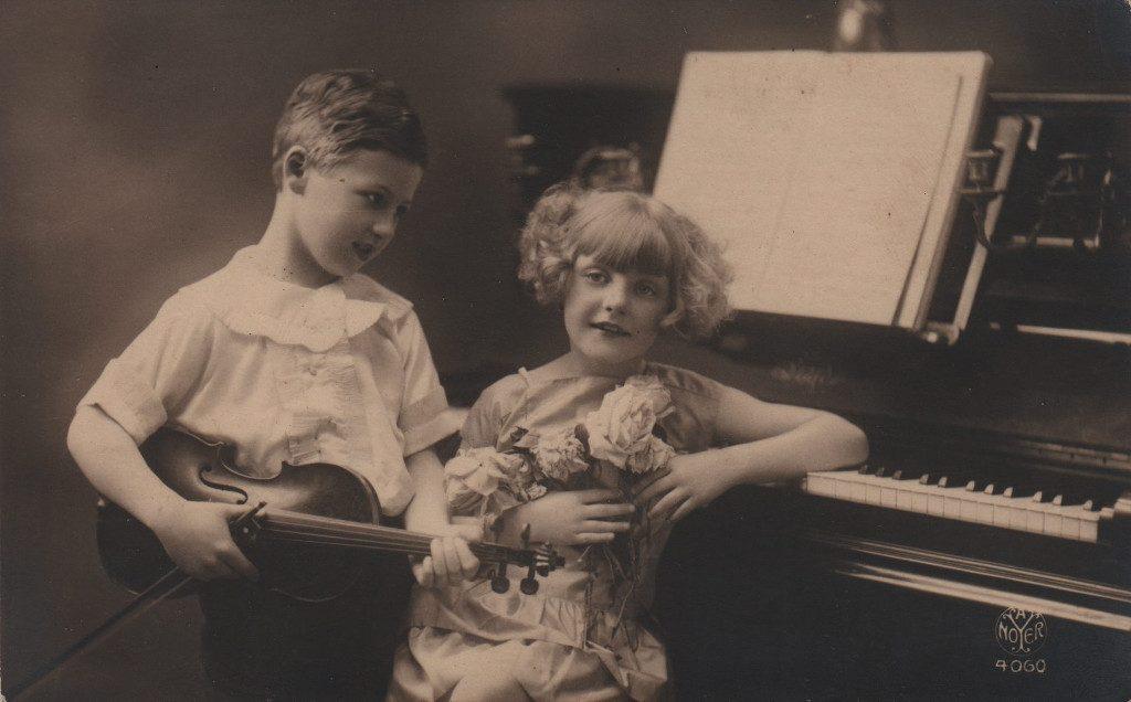 Indexation : Jeune violoniste##Editeur : Noyer 4060##Epoque : Ancienne##Propriété : Enf-021-mdv