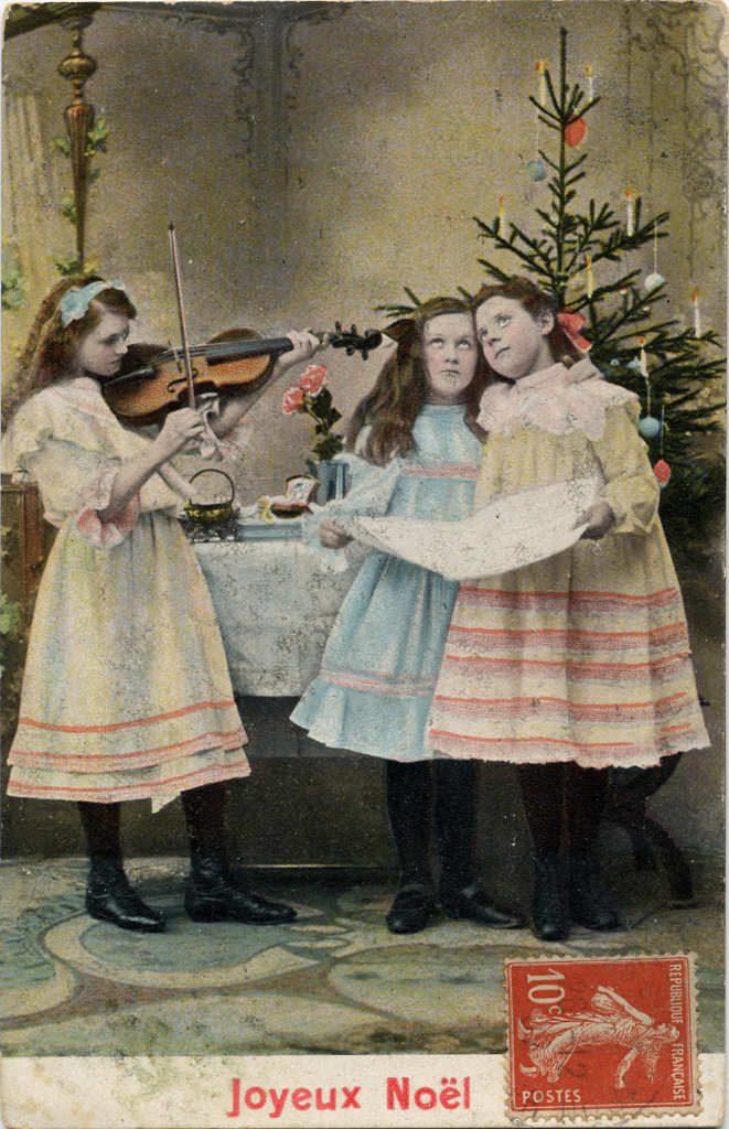 """Indexation : Fillette violoniste et chanteuses##Légende : """"Joyeux Noël""""##Epoque : Ancienne##Propriété : Enf-024-mdv"""