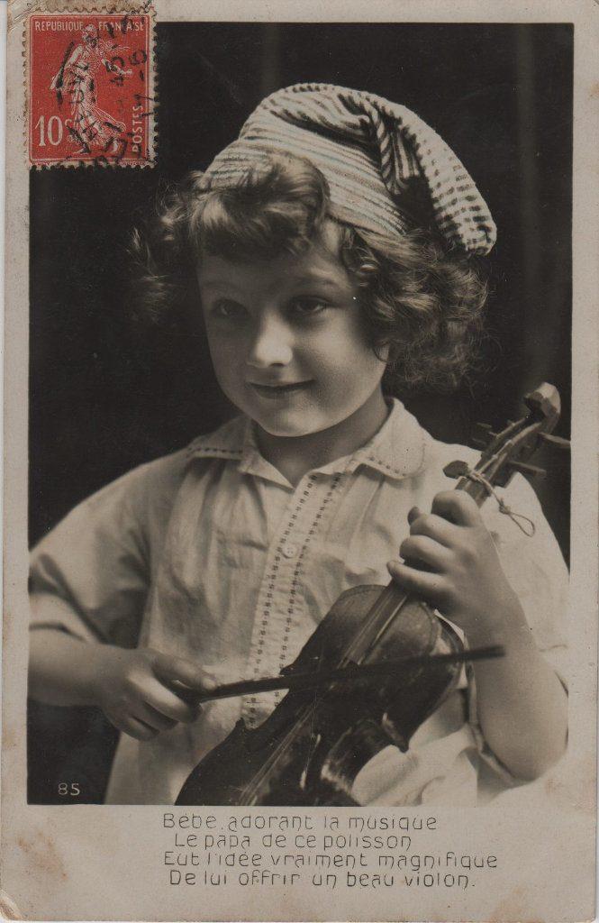 """Indexation : Jeune violoniste##Légende : """"Bébé adorant la musique##Le papa de ce polisson##Eut l'idée magnifique##De lui offrir un beau violon""""##Editeur : BS##Epoque : Ancienne##Propriété : Enf-025-mdv"""