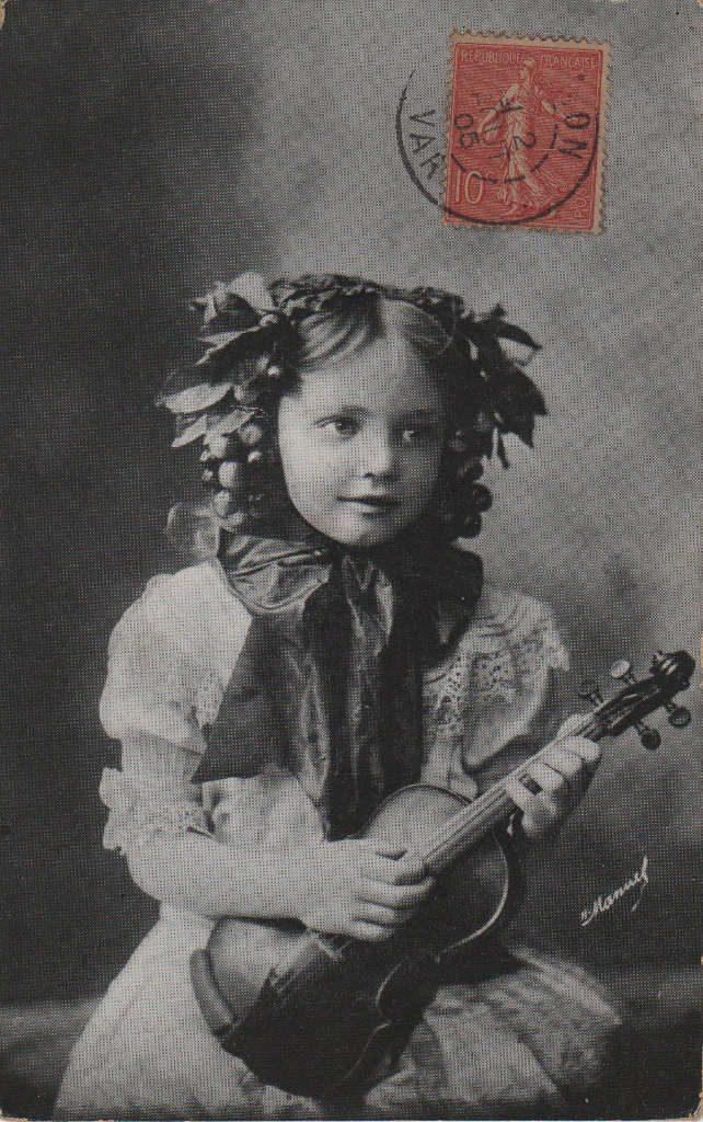 Indexation : Fillette violoniste##Date : 1905 (affranchissement)Epoque : Ancienne##Propriété : Enf-029-mdv