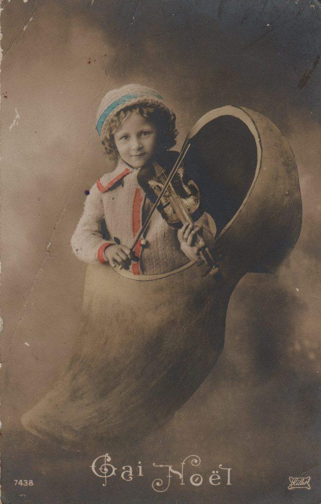 """Indexation : Jeune violoniste dans un sabot##Légende : """"Gai Noël""""##Editeur : Lilas 7438##Epoque : Ancienne##Propriété : Enf-031-mdv"""