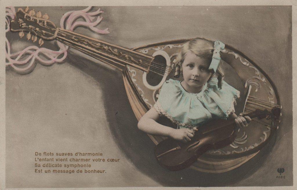 """Indexation : Fillette violoniste, mandoline##Légende : """"De flot suave d'harmonie##L'enfant vient charmer votre coeur##Sa délicate symphonie##Est un message de bohneur""""##Epoque : Ancienne##Propriété : Enf-033-mdv"""