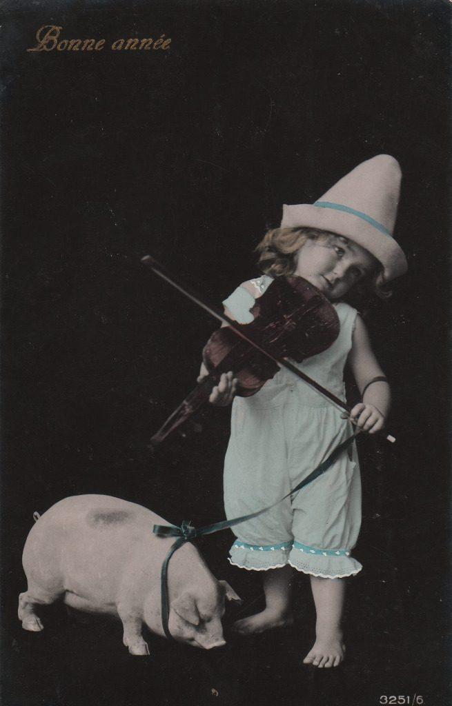 """Indexation : Enfant au violon et son cochon##Légende : """"Bonne Année""""##Epoque : Ancienne##Propriété : Enf-035-mdv"""
