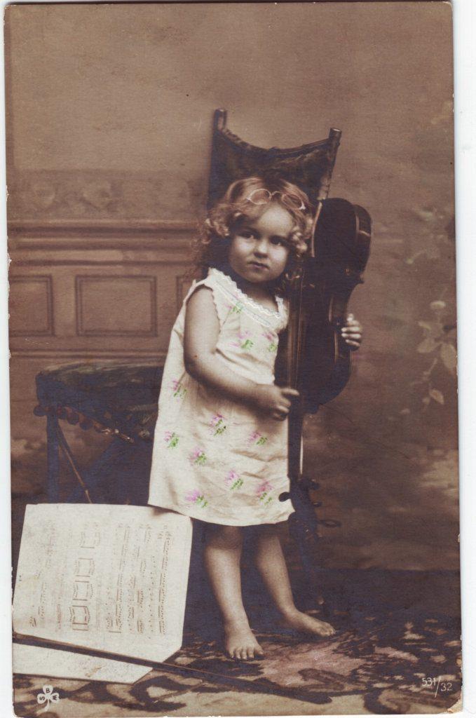 Indexation : Fillette violoniste##Editeur : SBW, 531/32##Epoque : Ancienne##Propriété : Enf-043-Roy