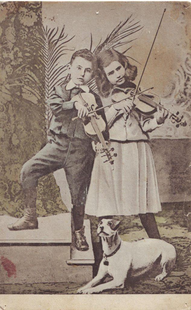 Indexation : Fillette, garçon au violon##Epoque : Ancienne##Propriété : Enf-047-Roy