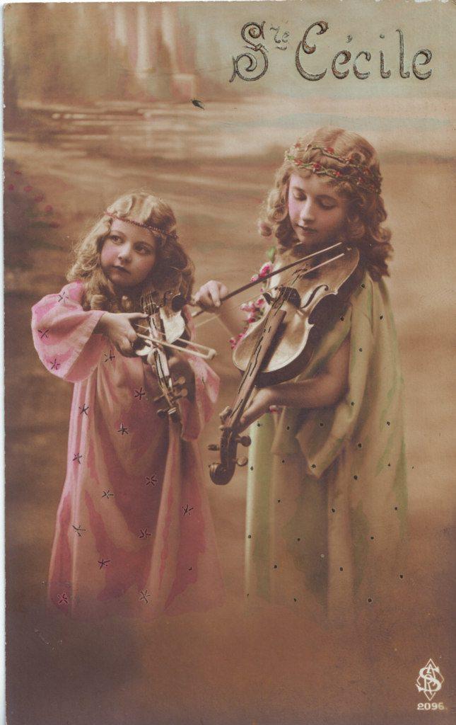 """Indexation : Deux fillettes au violon##Légende : """"Ste Cécile""""##Editeur : SRJ, 2096##Epoque : Ancienne##Propriété : Enf-048-Roy"""