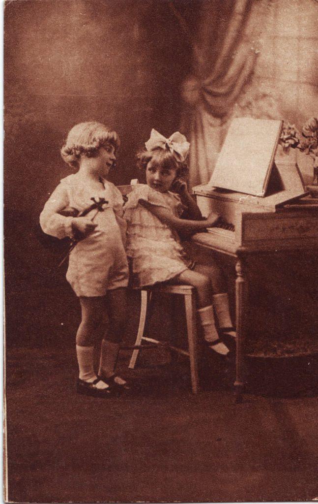 Indexation : Enfant au violon et piano##Epoque : Ancienne##Propriété : Enf-050-Roy