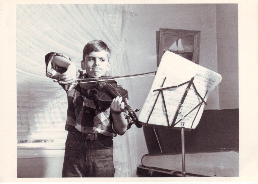 Indexation : Jeune violoniste##Epoque : Moderne##Propriété : Enf-055-Roy