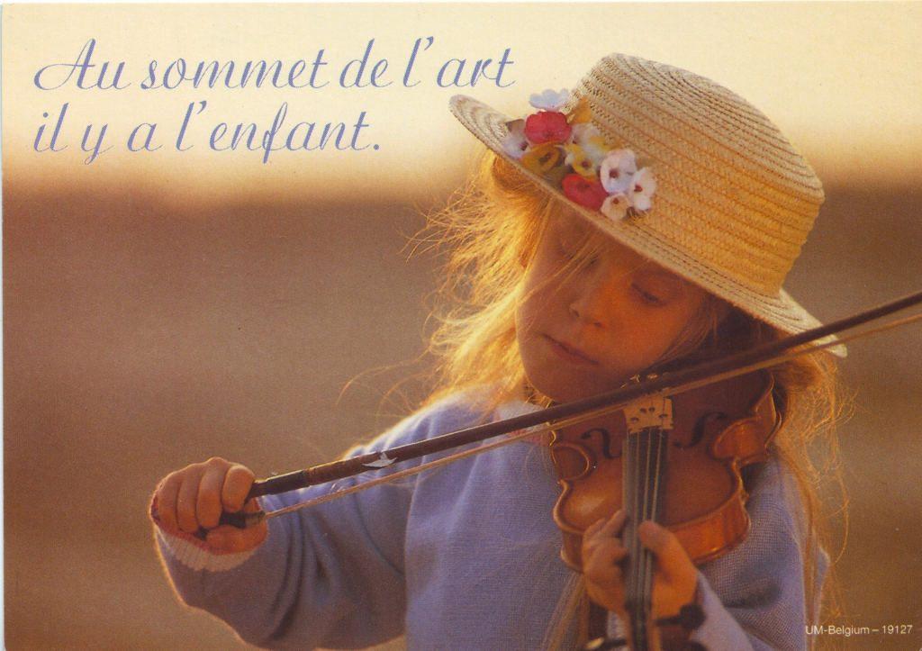 """Indexation : Fillette au violon##Légende : """"Au sommet de l'art il y a l'enfant""""##Epoque : Moderne##Propriété : Enf-058-Roy"""