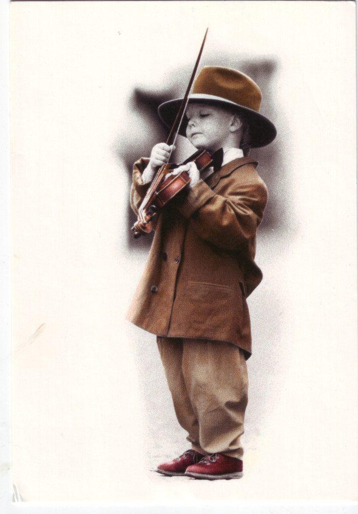 Indexation : Jeune violoniste##Epoque : Moderne##Propriété : Enf-060-Roy