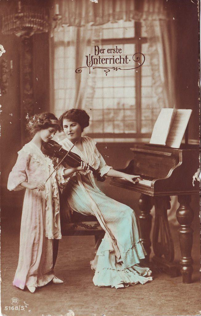 """Indexation : Fillette au violon et piano##Légende : """"Der erste unterricht""""##Editeur : RPH, 5168/5##Epoque : Ancienne##Propriété : Enf-064-Roy"""