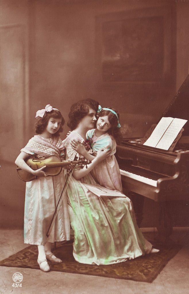 Indexation : Fillette au violon et piano##Editeur : MKB, 43/4##Epoque : Ancienne##Propriété : Enf-066-Roy